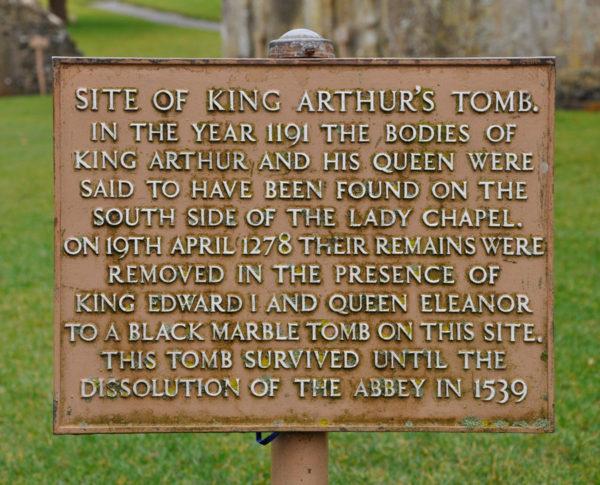 Табличка на могиле легендарного короля Артура среди развалин Гластонберийского аббатства