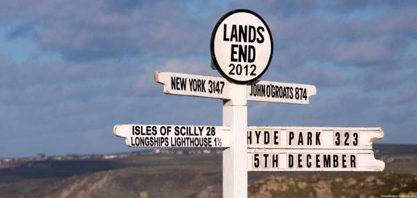 Указатель расстояний от самой западной точки острова Великобритания Лендс-Энд