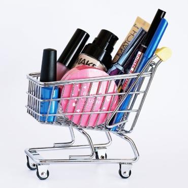 Вдвое дешевле: какую косметику сейчас можно купить со скидкой