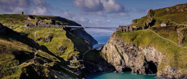 Новый мост, связавший материк и полуостров с развалинами замка Тинтагел значительно облегчил посещение мест, где легендарный король Артур появился на свет