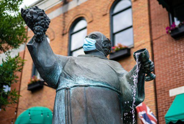 Скульптура в маске
