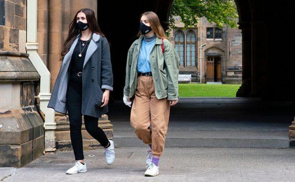 Студентки в масках