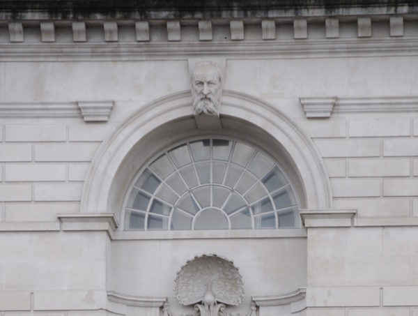 Статуя Дмитрия Менделеева