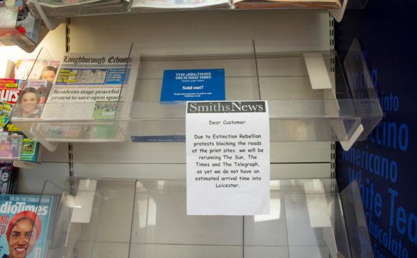 Пустые полки газетных киосков