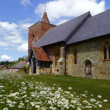 «Чувство изумления перед миром»: единственная церковь с витражами Шагала на юге Англии