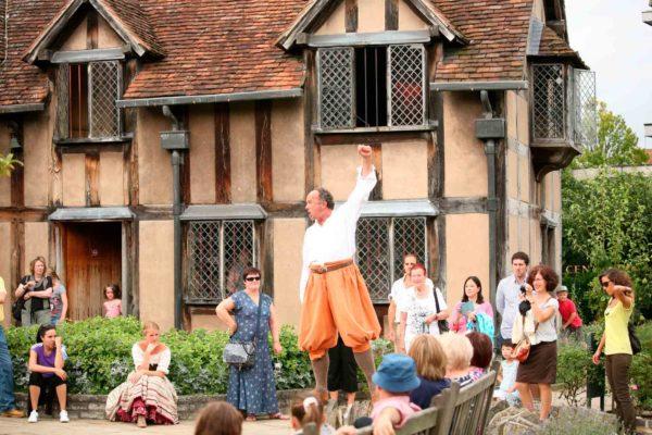 Уличное представление перед домом в Стратфорде