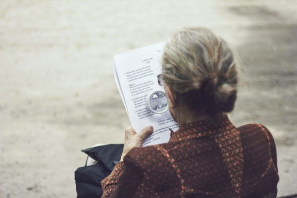 Бабушка читает