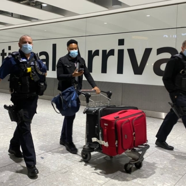 Четырехчасовые очереди в аэропорту и паспорта вакцинации: что ждет путешественников этим летом