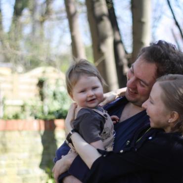 У маленькой Эмили обнаружили синдром Ангельмана. Ее мама рассказывает о редком генетическом отклонении