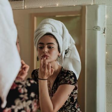 «Жительницам Европы есть чему поучиться». Бьюти-мастера — о стандартах красоты русских и британок
