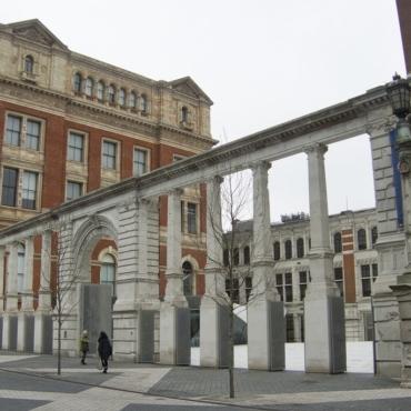 Книга Ким Кардашьян станет экспонатом новой галереи лондонского музея V&A