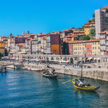 Португалия вводит карантин для непривитых туристов из Британии