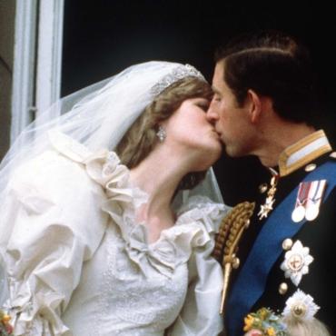 «Монументальные произведения»: в Лондоне выставили платья принцесс Дианы и Маргарет