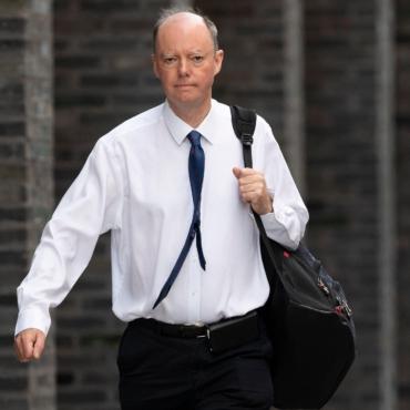 Мужчина, оскорбивший главного врача Англии, извинился за свое поведение
