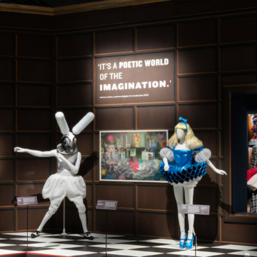«Все страньше и страньше». Приключения Алисы в музее Виктории и Альберта