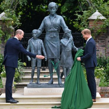 Принцы Уильям и Гарри открыли памятник своей матери Диане