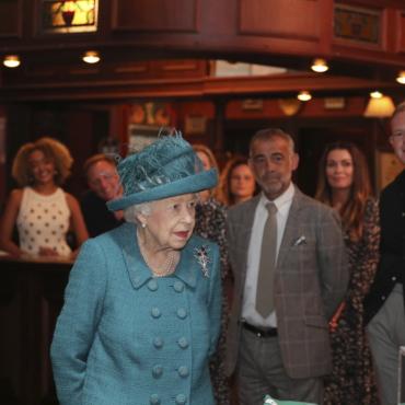 Елизавета Вторая побывала на съемках сериала «Улица коронации»