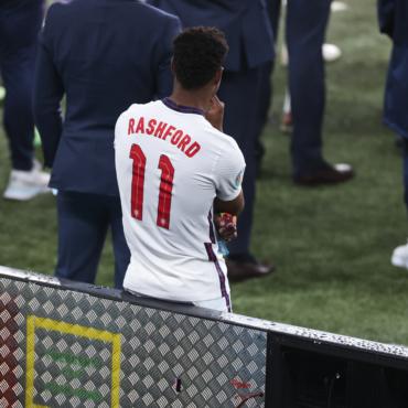 Трое игроков сборной Англии подверглись расистским нападкам после поражения в финале Евро