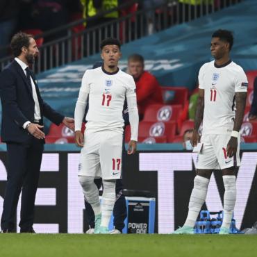 Болельщики-расисты не будут допускаться на футбольные матчи, заявил Джонсон