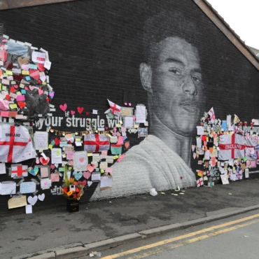 Граффити с Маркусом Рэшфордом в Манчестере, поврежденное вандалами, покрылось надписями в поддержку футболиста