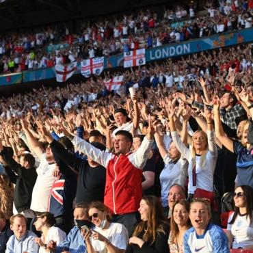 Как песня Sweet Caroline стала неофициальным гимном сборной Англии по футболу