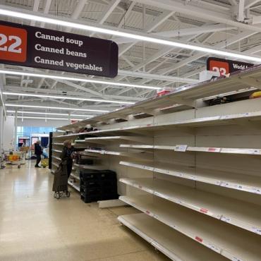 Британские супермаркеты объяснили, с чем связаны пустые полки в некоторых магазинах