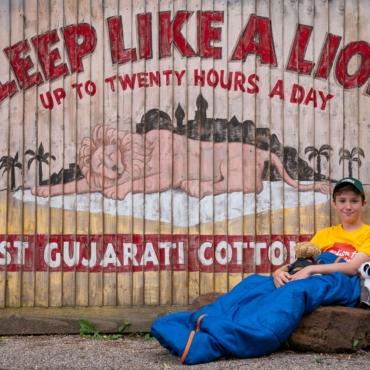 Мальчик, который спит в палатке: 11-летний житель Девона собрал £640 тыс на помощь хоспису