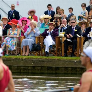 Организаторы Королевской регаты Хенли изменили дресс-код для гостей: женщинам теперь разрешены брюки