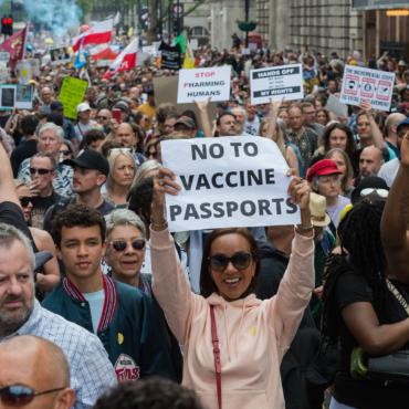 Маша Слоним. Паспорта вакцинации: путь к нормальной жизни или ущемление прав?