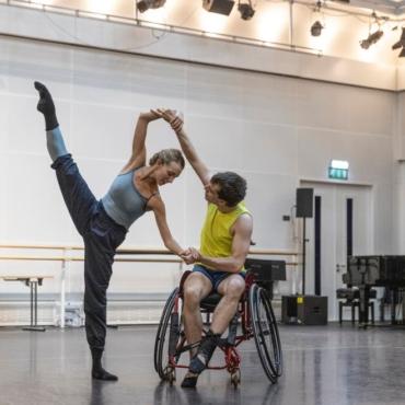 Танцор в инвалидном кресле впервые выступит с труппой Королевского балета