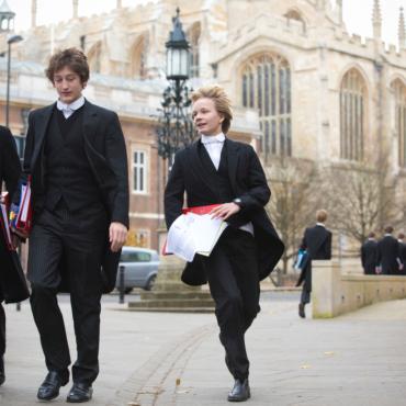 От желтых гольфов до мантии Гарри Поттера: как Англия стала законодателем моды на школьную форму