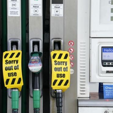 Меры по борьбе с бензиновым кризисом: экстренные визы, приостановка законов о конкуренции и военные за рулем