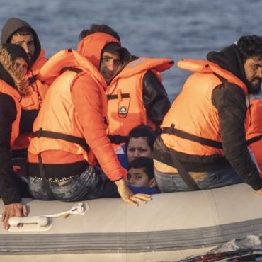 Британская береговая охрана будет разворачивать лодки с мигрантами и отправлять их обратно во Францию — СМИ