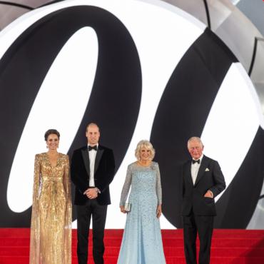Принц Чарльз с супругой Камиллой и принц Уильям с супругой Кейт первыми увидели новый фильм о Джеймсе Бонде