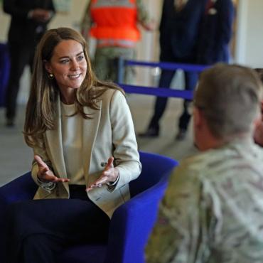 Герцогиня Кембриджская встретилась с военными, которые участвовали в операции по эвакуации в Афганистане