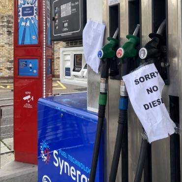 Новые меры по борьбе с бензиновым кризисом: продление прав водителей бензовозов, военные в состоянии готовности